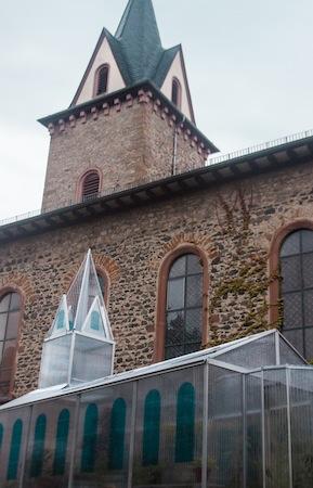 Gewächshaus vor der Kirche